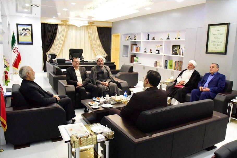 رفتار با خانواده هاي شهدا بايد حق مدارانه باشد نه سياست مدارانه